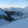 Der Neveser Stausee kurz vor Sonnenaufgang. Über den Bergspitzen der Zillertaler Alpen wird es langsam hell, während wir schon einen Teil der Strecke in Richtung Möseler zurückgelegt haben. Foto: BS, © Peer